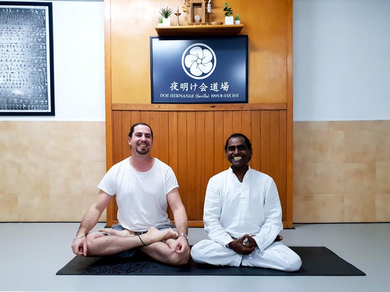 yoga con ajan yogi en centro neoyoga dos hermanas