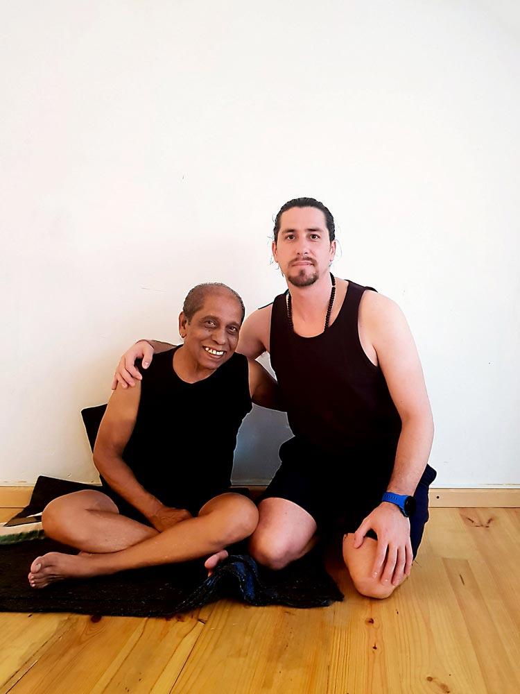 manhu jois con francisco ramirez yoga en dh sevilla