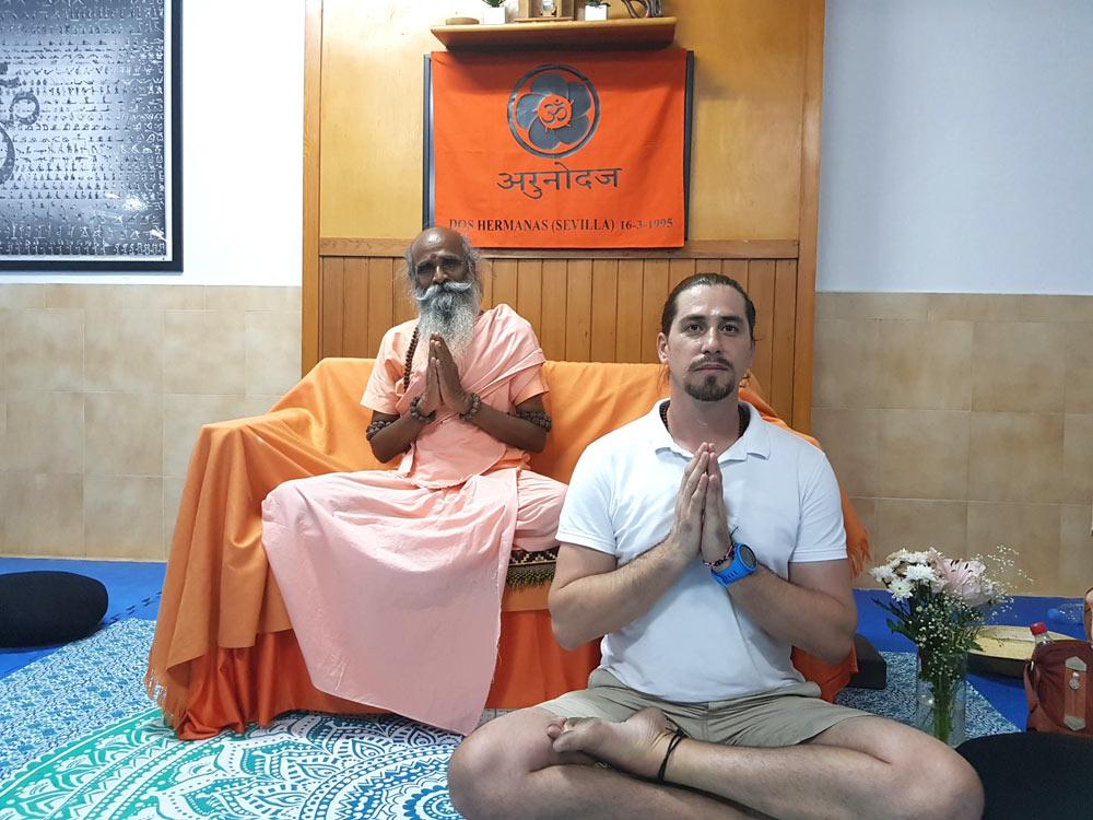 meditacion en dos hermanas con maestro de yoga